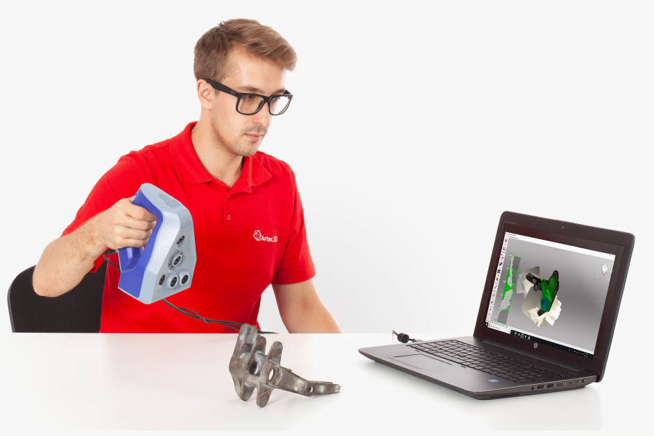 Escaneando pieza metálica con el escaner 3D Artec Space Spider.